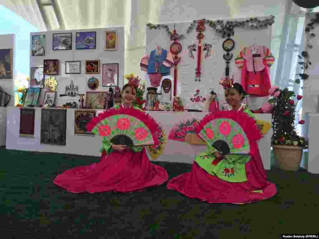 Девушки в национальных корейских костюмах на праздничной ярмарке в Астане.