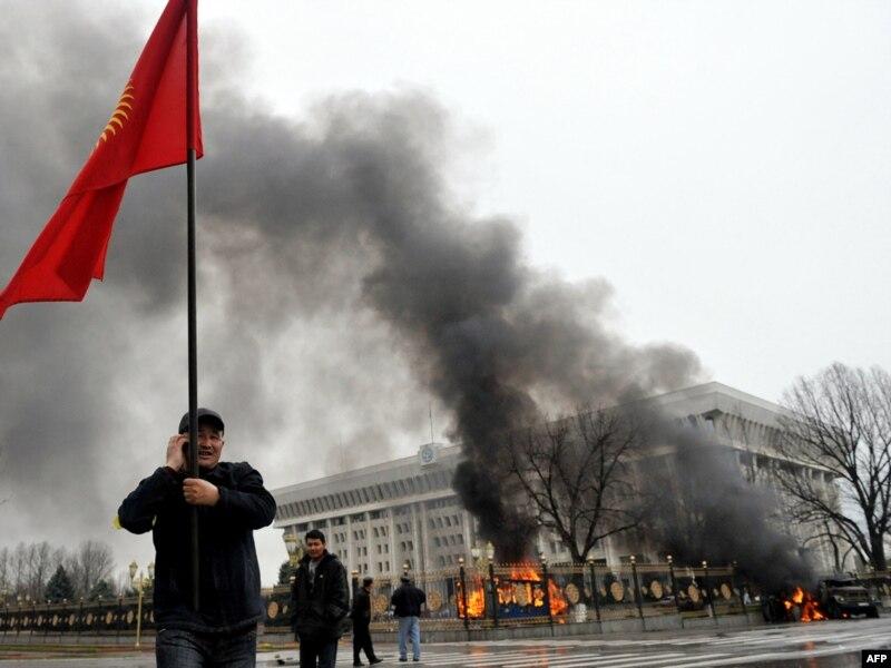 Две революции в Кыргызстане между ними есть существенные отличия Столкновения в ходе второй кыргызской революции Бишкек 7 апреля 2010 года