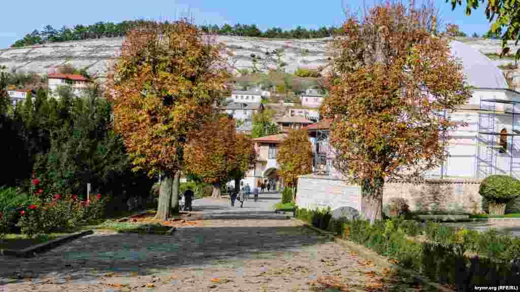 Опавшие листья напоминают о времени года