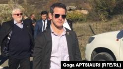 Конгрессмен Адам Кинзингер во время посещения линии разделения у села Одзиси. 8 ноября, 2019 г.