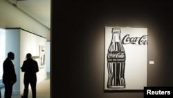 Coca-Cola сауда белгісі жанында тұрған адамдар. Көрнекі сурет.