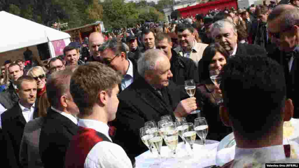 Moldovan President Nicolae Timofti (center) tests the wine.