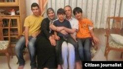 Ирандық журналист Ахмад Зейдабади (ортада) түрмеден 48 сағатқа босатылып, отбасымен қауышты. Иран, 4 тамыз 2011 жыл. (Көрнекі сурет)