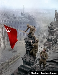 Shirnina's colorized version of the iconic photo of Soviet soldiers atop Berlin's Reichstag in 1945.