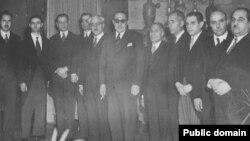 احمد قوام (نفر ششم از راست که سیگار به دست دارد و عینک آفتابی به چشم) در کنار هیئت همراهش، پیش از سفر به مسکو