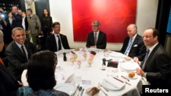Президент США Барак Обама за обедом с президентом Франции Франсуа Олландом, 5 июня 2014 года