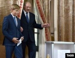 Александр Лукашенко с сыном Николаем на избирательном участке