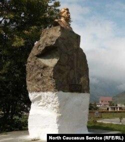 Сталинские статуи установлены на въездах в села, на главных аллеях городков и на возвышенностях