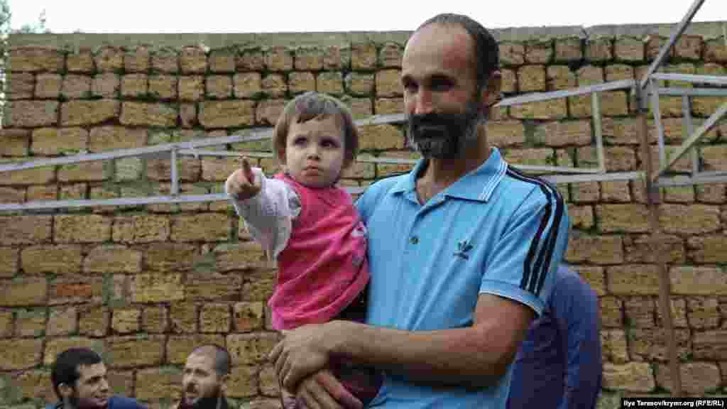 Приїхавши додому, Мустафаєв спершу обійняв своїх дітей