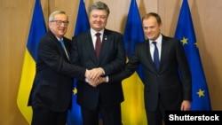 Президент України Петро Порошенко (посередині), голова Єврокомісії Жан-Клод Юнкер (ліворуч) та голова Євроради Дональд Туск під час зустрічі у Брюсселі. 17 березня 2016 року