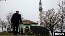 Krym tatary juma namazyna barýar.Bakjasaraý. 7-nji mart, 2014 ý.