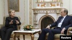 ولادیمیر پوتین، نخست وزیر روسیه و هیلاری کیلینتون، وزیر خارجه آمریکا، در هفته گذشته بار دیگر در مورد ایران گفت و گو کردند.