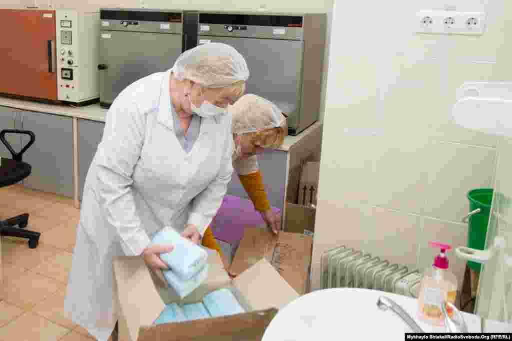 Засобами індивідуального захисту лабораторія забезпечена, додатково допомагають волонтери. Психологічне навантаження на персонал через пандемію серйозне, люди втомлюються, кажуть у керівництві