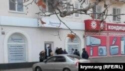 Очередь за медицинскими полисами у отделения страховой компании в Керчи