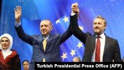 Режеп Тайип Эрдоган жана Босниянын үч тараптуу президенттигинин мусулман мүчөсү Бакир Изетбегович. 20-май, 2018-жыл