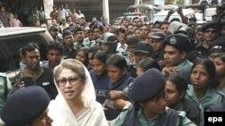 نيروهای امنيتی نخست وزير سابق بنگلادش را در خانه خود دستگير کردند و تلاش وکلای وی برای سپردن وثيقه جهت آزادی او با مخالفت دادگاهی در داکا روبرو شد.
