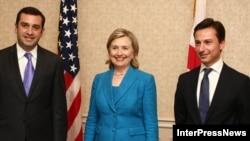 მარცხნიდან: ირაკლი ალასანია, ჰილარი კლინტონი და გიორგი თარგამაძე
