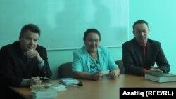 Илфак Ибраһимов (с), Фирдәвес Хисаметдинова һәм Илдус Заһидуллин очрашу вакытында