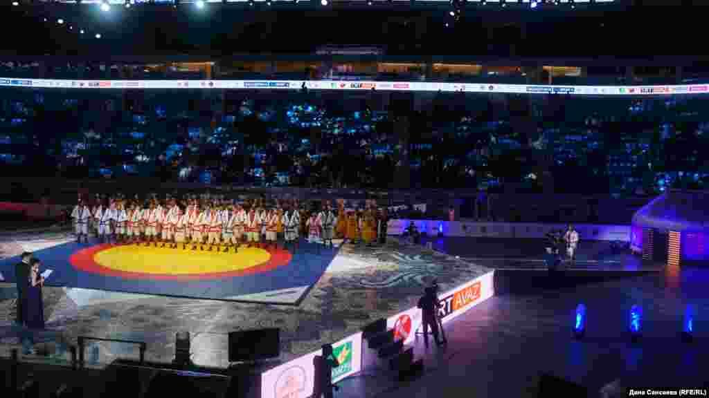 Открытие чемпионата мира по казах курес «Әлем Барысы-2017» состоялось днем, вечером уже были объявлены его призеры. В нем участвовали спортсмены из 38 стран, от Казахстана выступили шестеро участников.