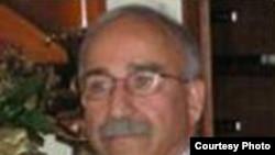 در وب سايت دانشگاه اروين، علی شاکری به عنوان «يک فعال سياسی ايرانی آمريکايی که خواهان دمکراسی در ايران و صلح درجهان است» معرفی شده است.