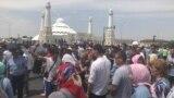 Люди, заблокировавшие автомобильное движение на дороге, прилегающей к шымкентской мечети «Акмешит». 27 июня 2019 года.