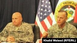 لانزا (يمين) وهنزيكر يتحدثان في مؤتمر صحفي ببغداد