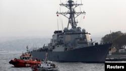 """Ракетный эсминец США """"Росс"""" в порту Стамбула"""