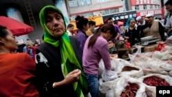 ایغورها و هانها (تبارهای ترک و چینی ساکن جمهوری خلق چین) ساکن در اورومچی در یک بازار بامدادی