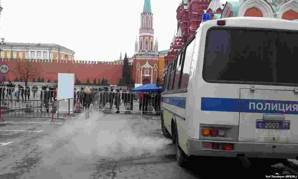 Красная площадь открыта для граждан, но ограждения готовы