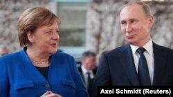 ГЕРМАНИЯ - Канцлер Германии Ангела Меркель и президент России Владимир Путин на саммите по Ливии в Берлине, 19 января 2020 года.