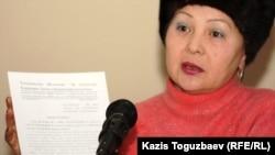 """Руководитель общественной организации """"Желтоксан-86"""" Гульбахрам Жунис выступает в суде по делу Екпина Шардарова. Алматы, 1 февраля 2012 года."""