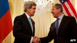 Джон Керрі (л) і Сергій Лавров (п) перед початком переговорів у Парижі, 30 березня 2014 року