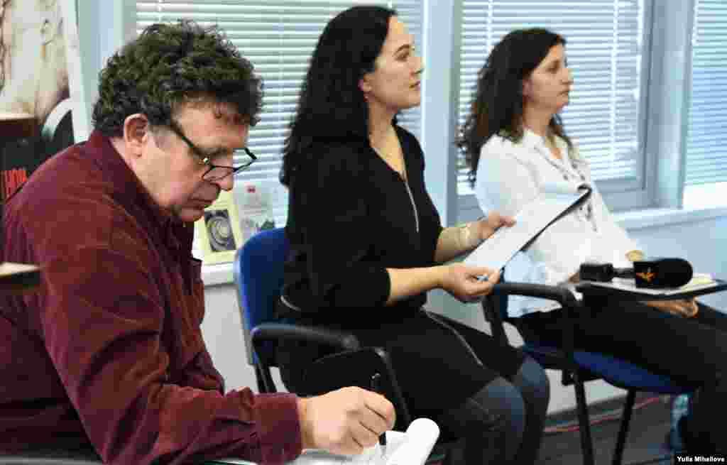 Moderatorii conferinței, jurnalistul Alexandru Canțîr (s) și Alina Țurcanu (d)