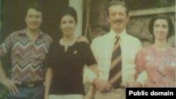 شاپور بختیار همراه با فرزندانش. از راست: ویویان، فرانس و گیو.