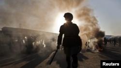 Një polic afgan, gjatë protestave