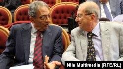 عمرو موسى يتحدث إلى محمد أبو الغار على هامش أعمان لجنة نظام الحكم التابعة للجنة الخمسين لتعديل الدستور المصري