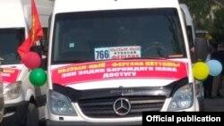 Микроавтобус, отправляющийся по маршруту Кызыл-Кия – Фергана. Город Кызыл-Кия, Баткенская область, Кыргызстан.