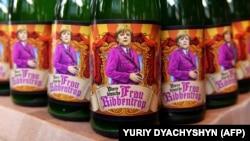 Пляшки пива з назвою «Frau Ribbentrop», на якій зображена канцлер Німеччини Ангела Меркель, в пивному ресторані у Львові, 30 квітня 2015 року