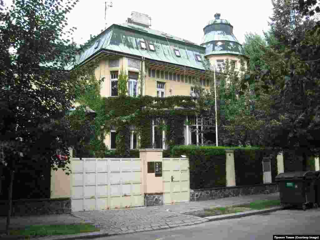 Na Zátorce 289/3 – в этой вилле в 50-х жили прибывшие из Москвы сотрудники КГБ, дававшие советы своим чехословацким коллегам по созданию «эффективных» органов госбезопасности.