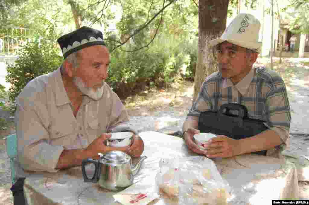 Ошто коопсуздук чаралары күчөтүлдү - Кыргыз жана өзбек улутундагы аксакал курдаштар чай үстүндө баарлашууда.