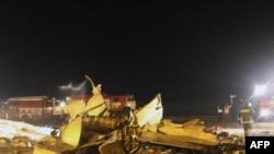 Обломки самолета на месте крушения в аэропорту Казани