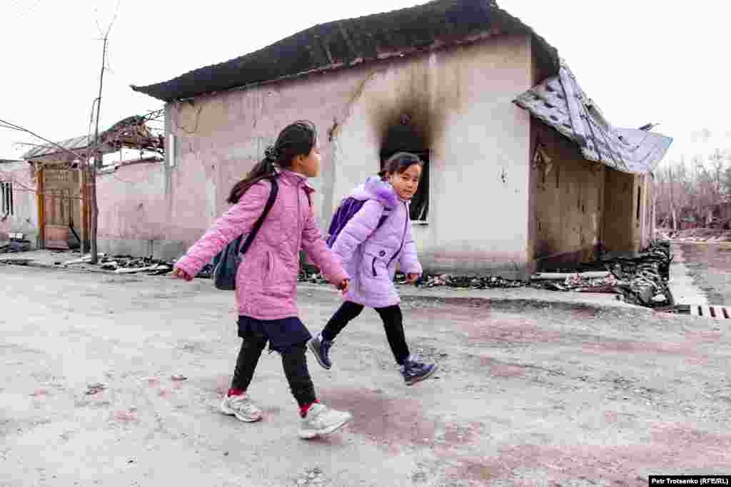 Children walk past a burned-out house in the village of Masanchi, Zhambyl region. February 26, 2020. Дети идут мимо сгоревшего дома в селе Масанчи, Жамбылская область. 26 февраля 2020 года.