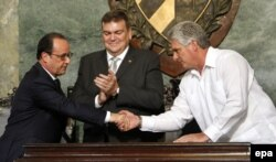 میگوئل دیاز کانل، معاون رئیسجمهوری کوبا (راست) دستهای اولاند را میفشارد