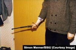 Фото із серії світлин, зроблених для навчання агентів «Штазі» методам силового арешту. В середині 1980-х років на кожні 63 людини в НДР припадав офіцер або інформатор «Штазі», в той час як на кожні 2000 жителів Третього рейху припадав один агент гестапо