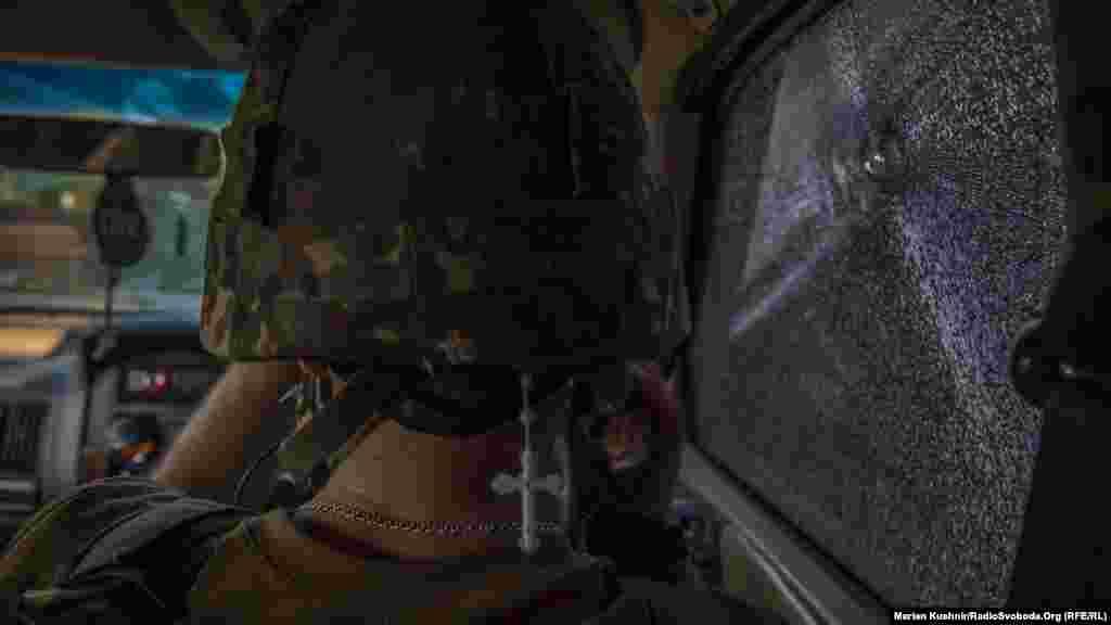 К передовым позициям украинской армии под Горловкой журналисты добирались по грунтовой дороге, которая почти полностью простреливается из терриконов, которые контролируются пророссийскими боевиками. По дороге много воронок от мин и снарядов. Некоторые – старые, некоторые – совсем свежие. Поля вокруг дороги заминированы