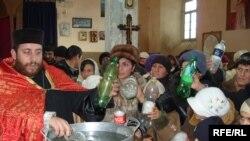 После церковной службы люди забирали освященную воду домой