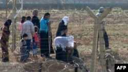 Сирийские беженцы на границе с Турцией, 8 ноября 2012 года.