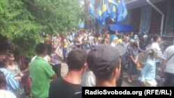 Протест біля будівлі райвідділу міліції у Врадіївці, 4 липня 2013 року. Напередодні, 2 липня, відбувся штурм райвідділку місцевими мешканцями