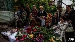 Похороны пророссийского активиста, погибшего в столкновениях в Мариуполе 9 мая 2014