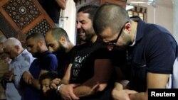 گروهی از بستگان قربانیان پرواز ۸۰۴ در مراسم نماز و یادبود در قاهره